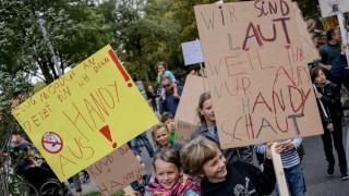 Kinderdemo: 'Spielt mit mir! Nicht mit Euren Handy'