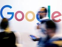 Menschen vor einem Google-Logo