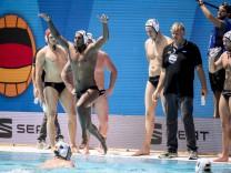 Deutsche Wasserball-Nationalmannschaft mit Bundestrainer Hagen Stamm