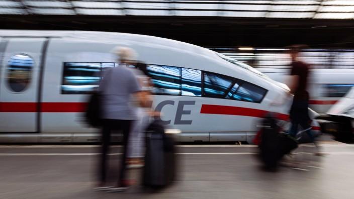 Ein ICE hält Einfahrt im Kölner Hauptbahnhof Köln 30 07 2017 Foto xC xHardtx xFuturexImage
