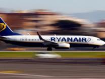 Ein Ryanair-Flugzeug landet in Rom