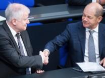 Horst Seehofer und Olaf Scholz im Deutschen Bundestag