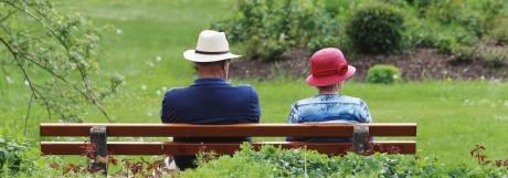 Zwei Rentner sitzen in Bad Wörishofen auf einer Parkbank
