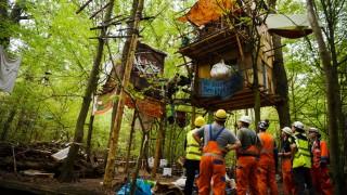 Hambacher Forst: RWE-Mitarbeiter stehen vor Baumhäusern