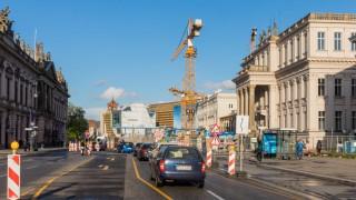 26 04 2018 Berlin Deutschland GER Baustelle auf der Strasse Unter den Linden in Blickrichtung S