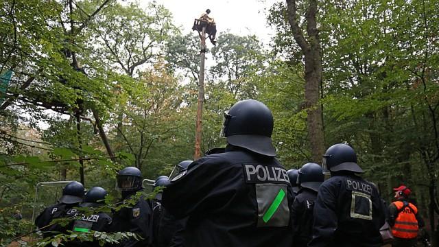 Polizisten beginnen mit der Räumung im Hambacher Forst