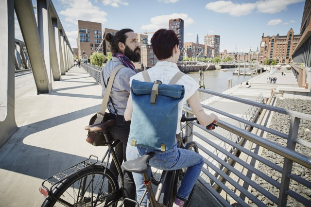 Germany Hamburg couple with electric bicycles on a bridge model released Symbolfoto PUBLICATIONxIN