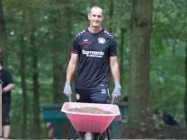 Heiko Herrlich Trainer Bayer 04 Leverkusen mit beladener Schubkarre Wir 04 helfen Tag Bayer 04