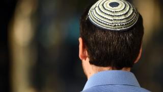 Mitglied der jüdischen Gemeinde mit Kippa