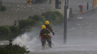 """Taifun """"Mangkhut"""": Feuerwehrleute kämpfen in Hong Kong gegen das Wasser"""
