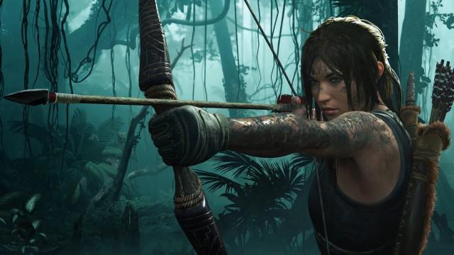 Lara Croft aus Tomb Raider zielt mit Pfeil und Bogen auf etwas, das sich außerhalb des Bildschirms befindet.