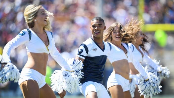Cheerleader Napoleon Jinnies beim NFL-Spiel Arizona Cardinals gegen Los Angeles Rams