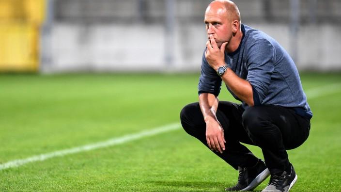 Sport Bilder des Tages Trainer Timo Rost Bayreuth Freisteller Einzelbild Aktion Action Fussbal