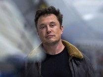 Japanese billionaire businessman is SpaceX's Moon tourist
