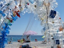 Italy Noli Sunscreen made out of recycled plastic bottles in Italian Noli PUBLICATIONxINxGERxSUIx