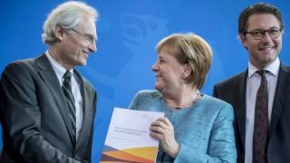 Angela Merkel nimmt den Fortschrittsbericht e-Mobilität 2018 entgegen