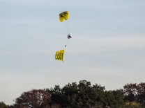 Kerpen Buir DEU 17 09 2018 Ein Ultraleichtflugzeug Paraglider fliegt mit einem Greenpeace Trans