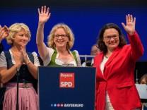 Natascha Kohnen (Mitte), SPD-Parteichefin Andrea Nahles (rechts) und Rita Hagl auf dem Gillamoos