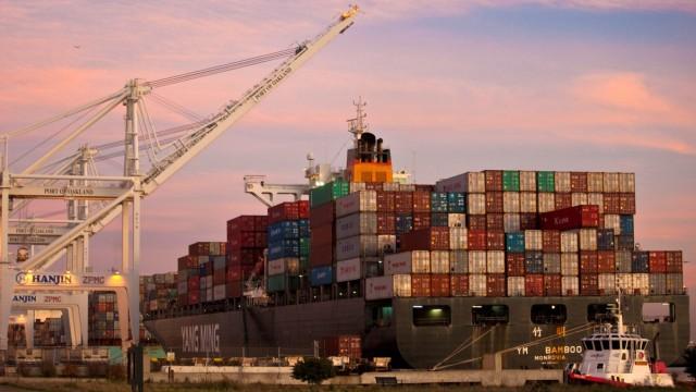 Chinesisches Schiff im Hafen von Oakland