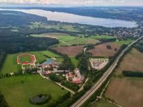 Das Gelände der Munich International School  in Gut Buchhof aus der Vogelperspektive