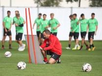Manuel Baum Trainer FC Augsburg bereitet die Taktik Tafel vor FC Augsburg Training Saison 2018
