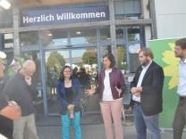 Katrin Göring-Eckardt, Fraktionsvorsitzende der Grünen im Bundestag Thomas von Sarnowski, grüner Landtagskandidat für den Stimmkreis Ebersberg Tobias VOrburg, Vorsitzender des Asylelfervereins Seite an Seite mit Sitz in Markt Schwaben