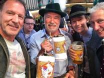 Arnold Schwarzenegger mit Sohn Schwarzenegger und Ralf Moeller im Marstall Zelt auf der Wiesn
