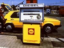 Autofahrer betankt seinen VW an einer Diesel Zapfsäule in Wolfsburg