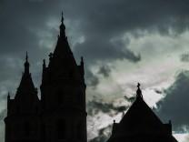 Regenwolken über dem Wormser Dom