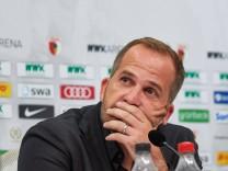 Manuel Baum Trainer FC Augsburg schwer angeschlagen während der Pressekonferenz FC Augsburg vs