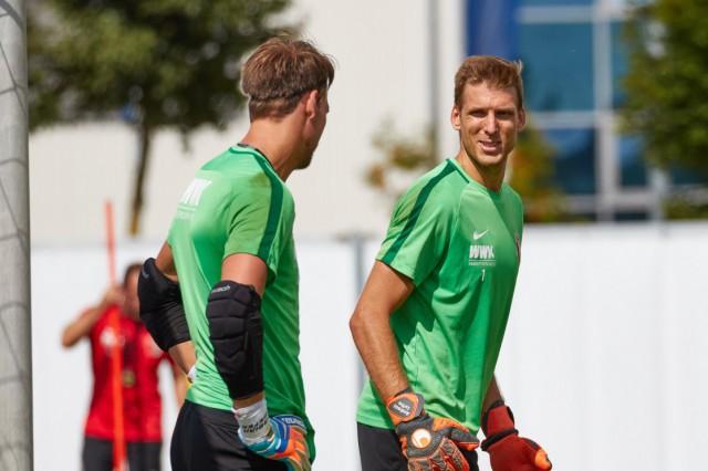 Andreas Luthe Torwart FC Augsburg 1 Mitte mit Fabian Giefer Torwart FC Augsburg 13 FC Augsburg; Luthe
