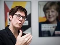 Fall Maaßen: Kramp-Karrenbauer lobt Merkel für