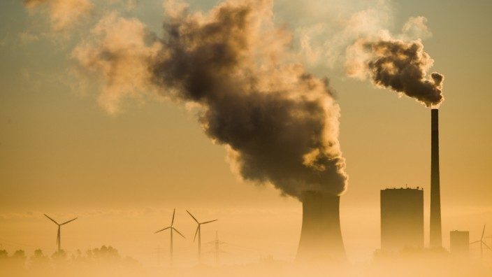 Energie - Kohlekraftwerk und Windräder in Niedersachsen
