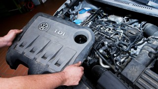VW-Diesel - Mechaniker arbeitet am Motor