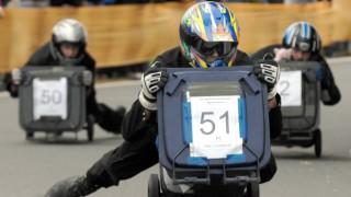 Skurrile Sportarten - Mülltonnenrennen