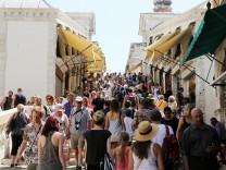 Tourists walks on Rialto bridge in Venice