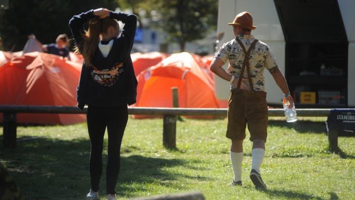 Touristen auf einem Campingplatz zur Oktoberfestzeit.