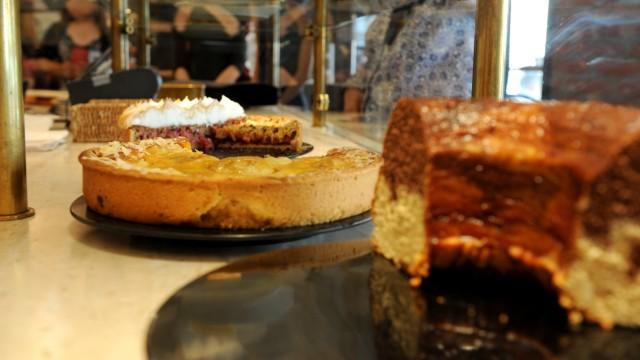 Kuchen in der Kuchentheke in der Konditorei Kaffee Schneller in der Maxvorstadt in München