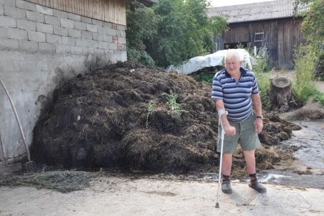 Roman Mair, Altbauer in Sensau. Misthaufen mit einer Mischung aus Kuhmist, Henamist und Saumist. 84 Jahre alt, Mit Hund Blecki und Katze Schmunzel.