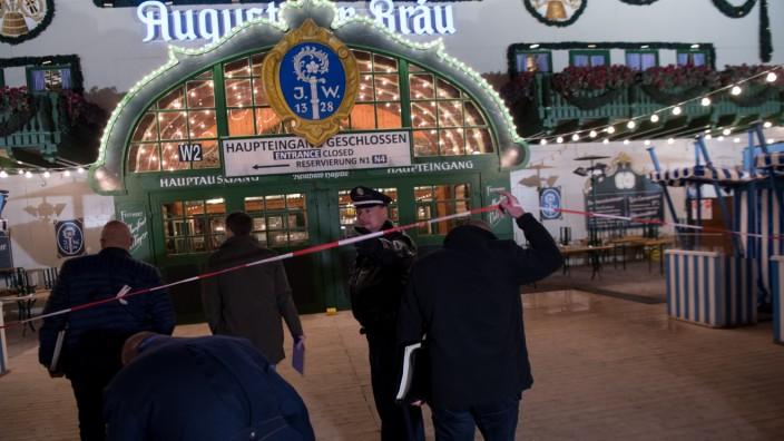 Polizei am Tatort: Ein Mann wurde im Raucherbereich des Augustiner-Zelts im Streit auf Oktoberfest tödlich verletzt.