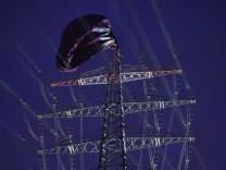 Heißluftballon stürzt in Stromleitung