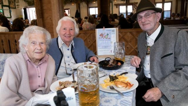 Leute beim Senioren-Stammtisch beim Stiftl auf der Wiesn