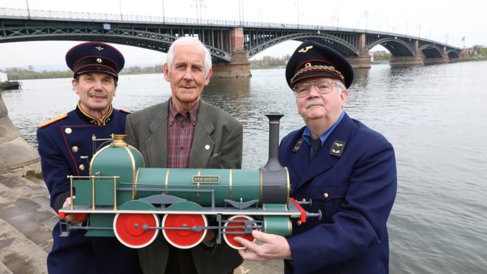 Lokomotive im Rhein