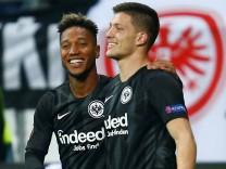 Spieler von Eintracht Frankfurt bejubeln ein Tor in der Europa League