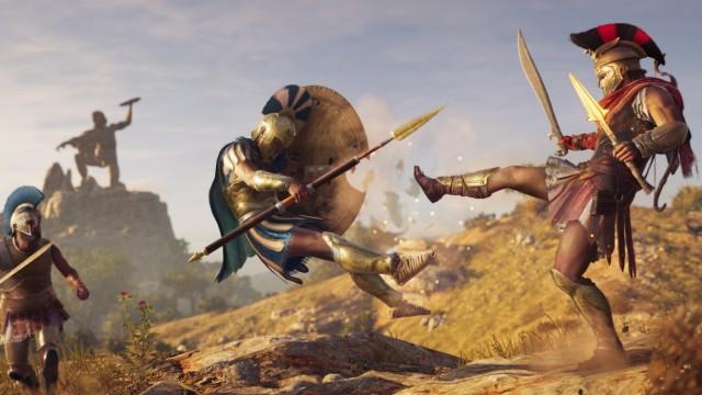 """Alexios, einer der möglichen Protagonisten in """"Assassin's Creed Odyssey"""" tritt einen griechischen Soldaten von sich."""