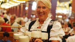 Bedienung Elfriede Enzenhofer im Löwenbräuzelt auf dem Oktoberfest