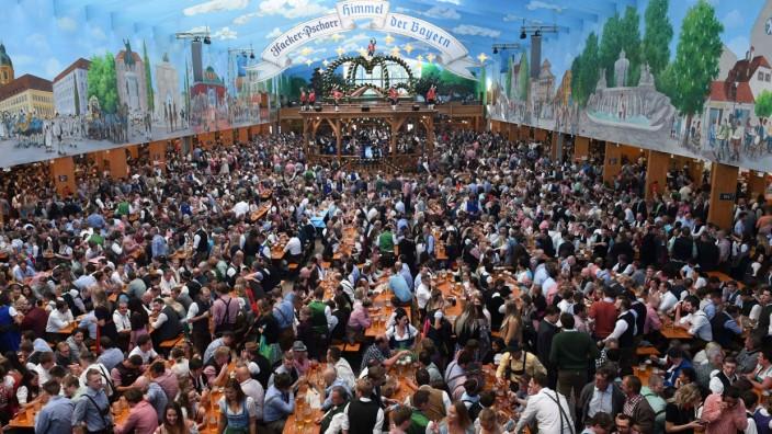 gut gefülltes Hacker-Zelt auf dem Oktoberfest in München