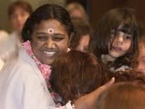 INDIAN SPIRITUALIST AMMACHI BLESSES FOLLOWERS