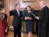 Judge Brett Kavanaugh is sworn in as an Associate Justice of the U.S. Supreme Court by retired Justice Anthony M. Kennedy at the Supreme Court in Washington; kav+jetzt