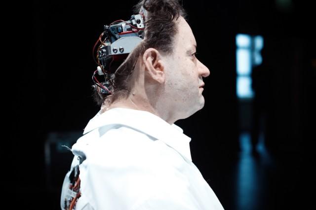 UNHEIMLICHES TAL / UNCANNY VALLEY  VON RIMINI PROTOKOLL (STEFAN KAEGI) UND THOMAS MELLE, Inszenierung: Stefan Kaegi  Kammerspiele München